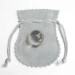 天然石 水晶玉18mm袋付き パワーストーンの王様的存在は、最高級天然水晶丸玉です。持ち運び便利な袋付きで、お守りのようにどこかに付けることもできます。
