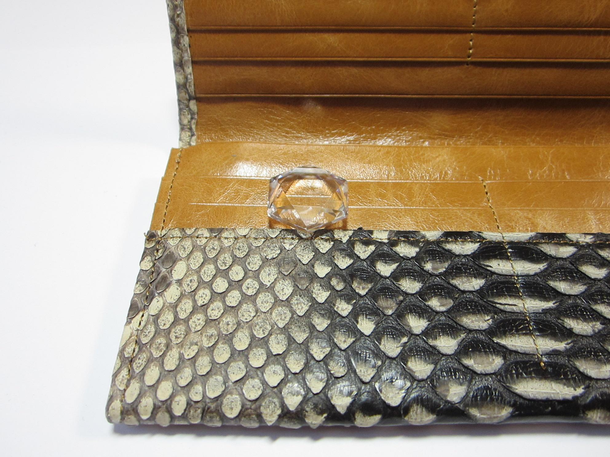 財布の中に 水晶の金運アップのお守りグッズ
